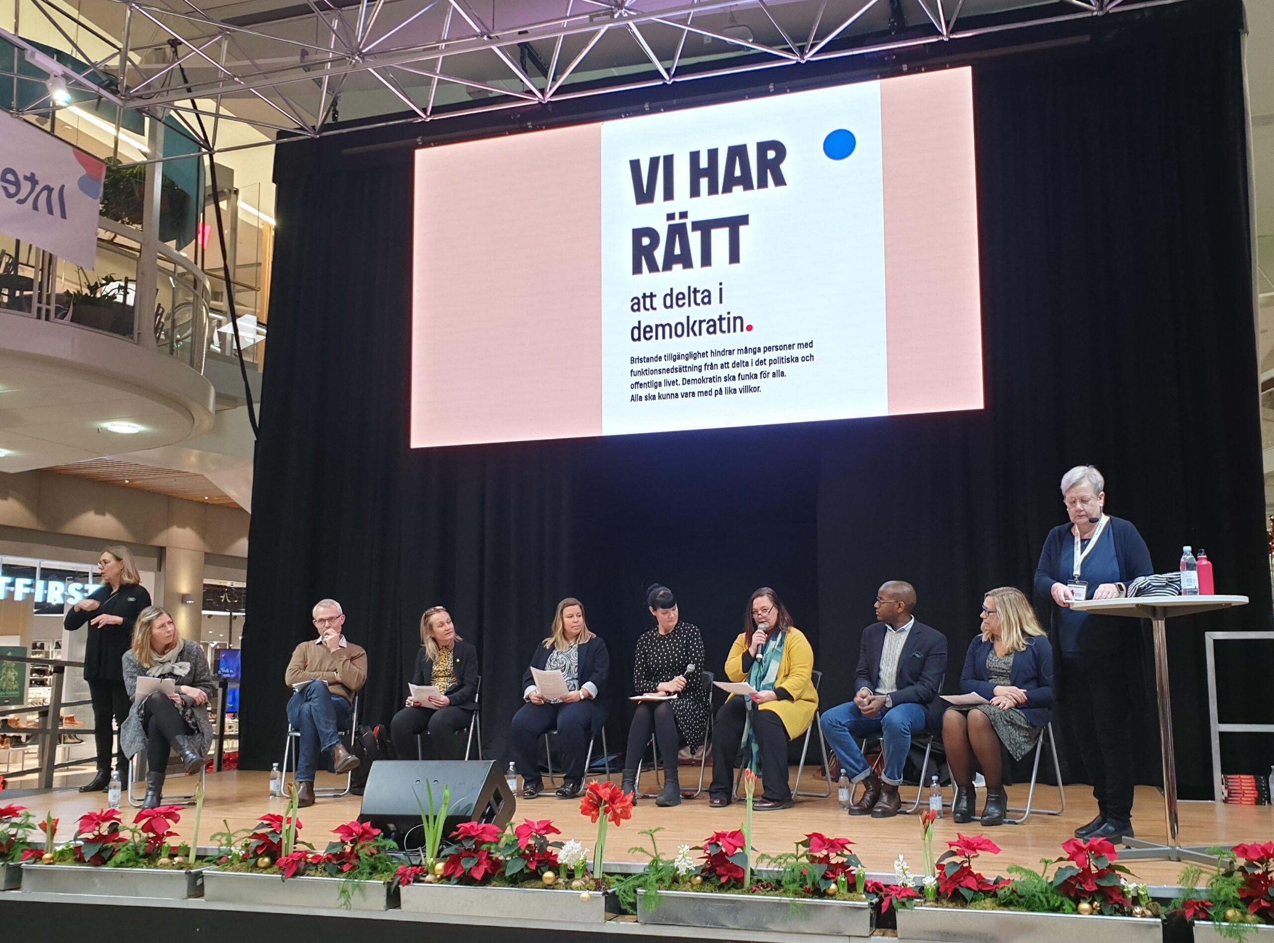 Åtta politiker från kommunstyrelsen och fullmäktige svarade på frågor om funktionshinderpolitik. Frågorna ställdes av Ulla Adolfsson, ordförande för Autism- och Aspergerförbundet.