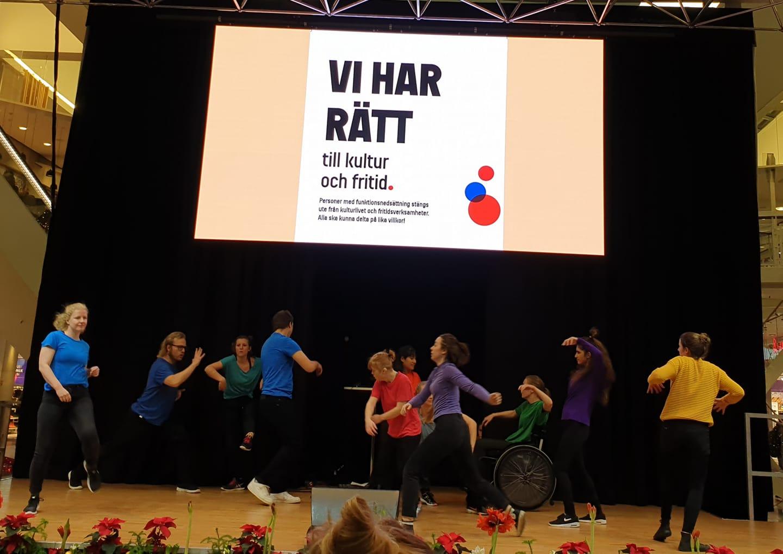 Dansutbildningen Språng och SpinnUnga framförde en koreografi som tar intryck av det individuella och uttrycker det kollektiva i form av Agenda 2030:s uppmaning Leave no one behind.