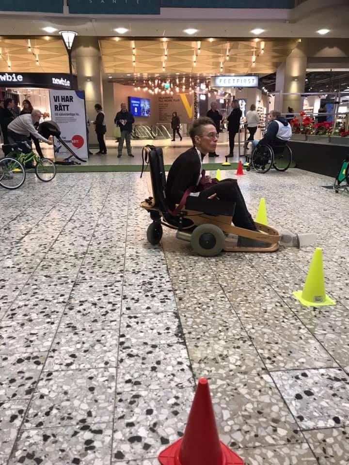 Göteborgs Parasportförbund med föreningar var på plats för prova-på-aktiviteter. Här testar FRG:s ombudsman Pia Emanuelsson el-hockey.