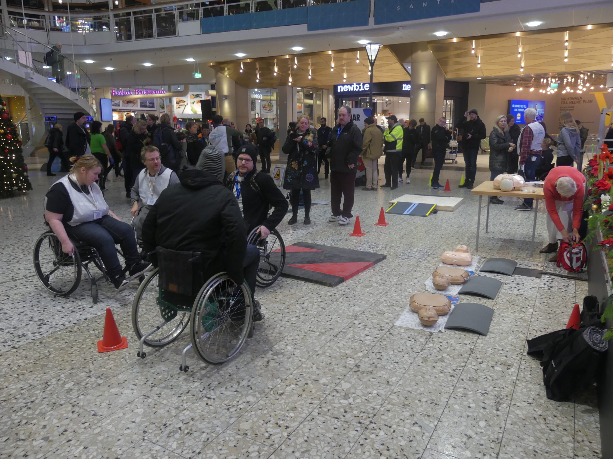 DHR Göteborg bjöd in att testa en hinderbana med några av de funktionshinder personer som använder rullstol möter i sin vardag.