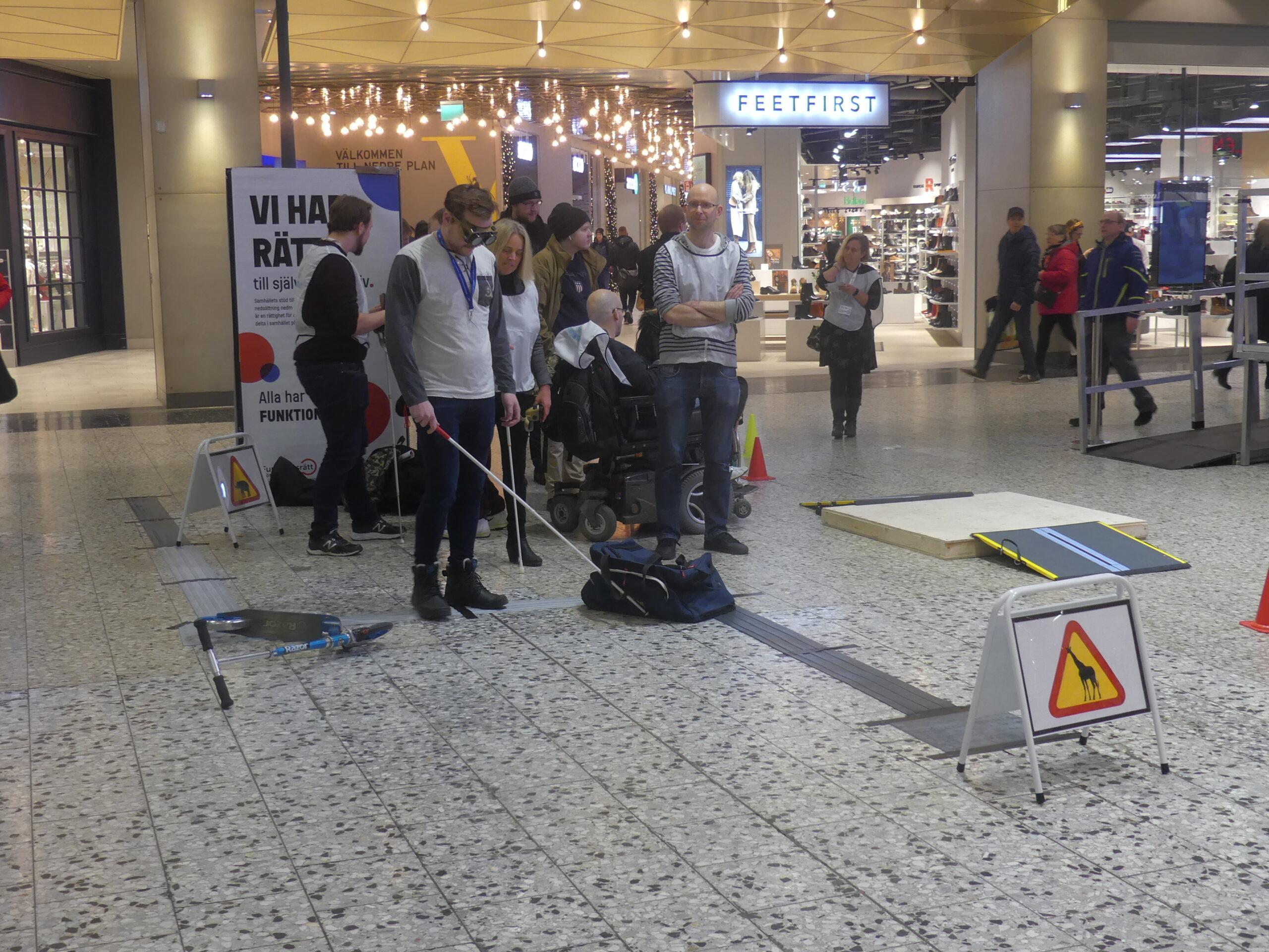 SRF Göteborg bjöd också in till hinderbana för att testa hur det är att möta hinder i gatumiljön för personer med synnedsättning.