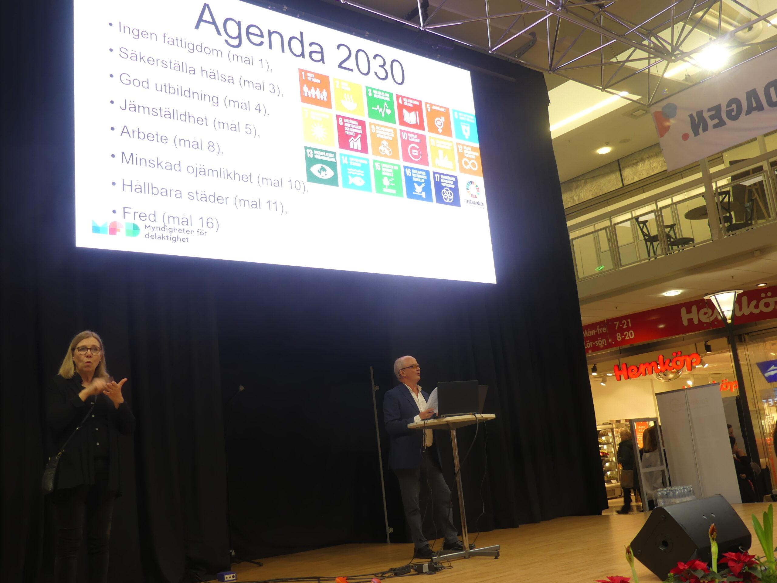 Arvid Lindén, utredare på Myndigheten för delaktighet föreläste om svensk funktionshinderspolitik med en global utblick.
