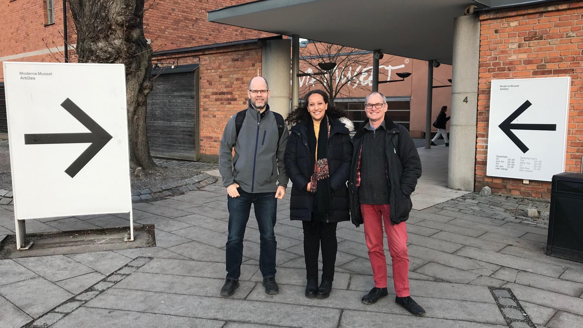 Projektets tre deltagare står framför en tegelbyggnad och ler mot kameran. Från vänster: Tor Gustafsson, kommunikatör, Diana Chafik, projektledare, och Emil Erdtman, doktorand/processledare.