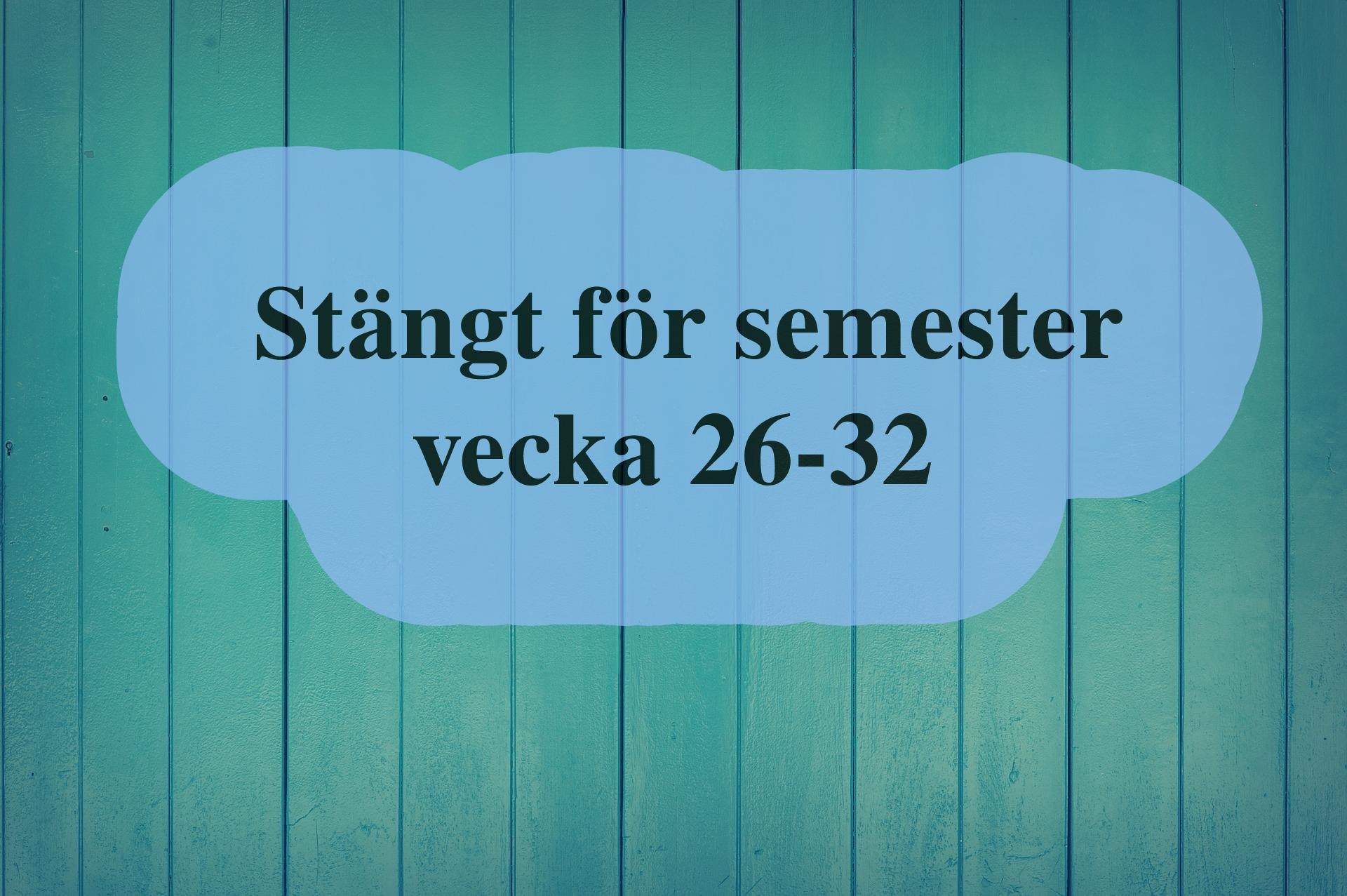 """Blå träplankor syns i bakgrunden. Ovanpå plankorna finns en ljusblå form som täcks av texten: """"Stängt för semester vecka 26-32""""."""